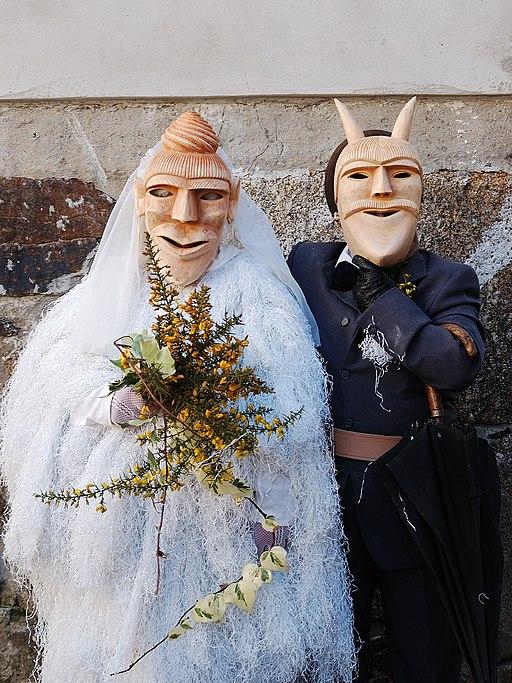 Dois caretos de Lazarim em casamento
